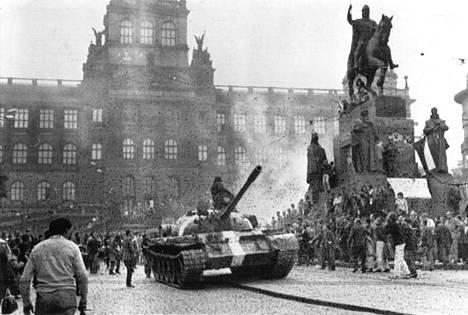 Prahan keskustan suuri aukio Vaclavske Namesti täyttyi varhain keskiviikkoaamuna hätääntyneistä prahalaisista.