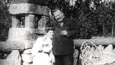 Julius Tallberg ja hänen miniänsä Clara Tallberg Lauttasaaressa Hjördishem-huvilan terassilla noin vuonna 1910.