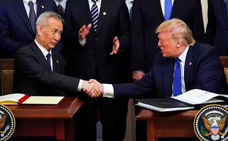 Kiinan apulaispääministeri Liu He (vas.) ja Yhdysvaltain presidentti Donald Trump allekirjoittivat Phase One -kauppasopimuksen Valkoisessa talossa tammikuun 15. päivänä 2020.