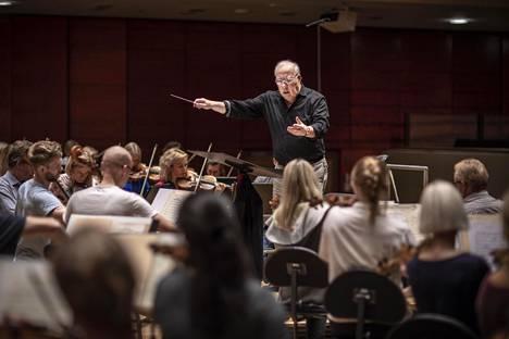 Neeme Järvi, 81, harjoitti Viron kansallista sinfoniaorkesteria ennen perjantai-illan konserttia Lahden Sibeliustalossa.