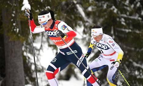 Marit Bjørgen ja Charlotte Kalla Rukan takaa-ajossa (v), jonka Kalla voitti.