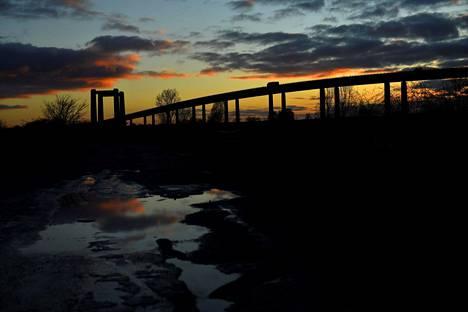 Auringonlasku Kingsferryn sillalla Sheppeyn saarella maaliskuun alussa.