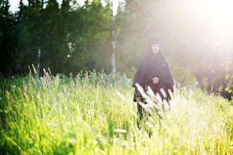 Kun nunna Ksenialla on vapaa-aikaa, hän lähtee mielellään kävelylle luontoon.