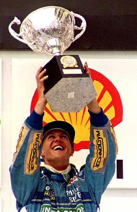 Michael Schumacher aloitti kauden 1994 voitolla (vas.) ja juhli lopulta ensimmäistä maailmanmestaruuttaan. Monacon GP:ssä 1998 voittaja Schumacher sai onnittelut Mika Häkkiseltä (keskellä) ja vuotta myöhemmin romutti autonsa ulosajossa Silverstonessa (oik.).