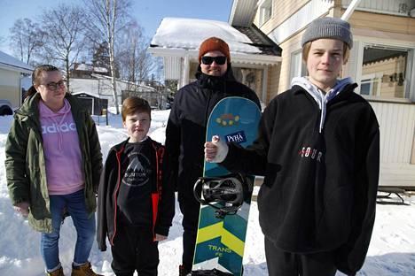 Jonna Oksala-Lahtisen ja Toni Lahtisen lapset Otso (vas) sekä Ukko joutuivat molemmat hiihtolomallaan käymään luunmurtumien vuoksi sairaalahoidossa Rovaniemellä.