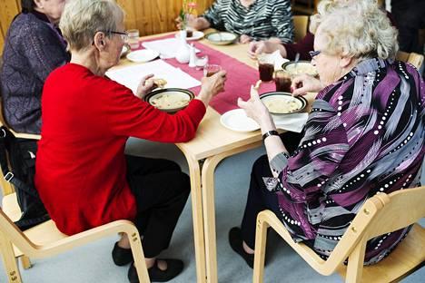 Suomi jää muista Pohjoismaista jälkeen muun muassa ikärakenteen suhteen, kertoo tuore raportti. Suomessa on monia kuntia, joissa asuu ennusteen mukaan tulevaisuudessa enemmän yli 65-vuotiaita kuin 15–65-vuotiaita.