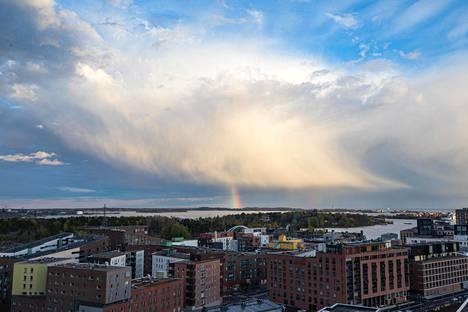 Laskevan auringon valo ja kuurosadepilvet muodostivat sateenkaaren Vallisaaren yläpuolelle 18. toukokuuta.