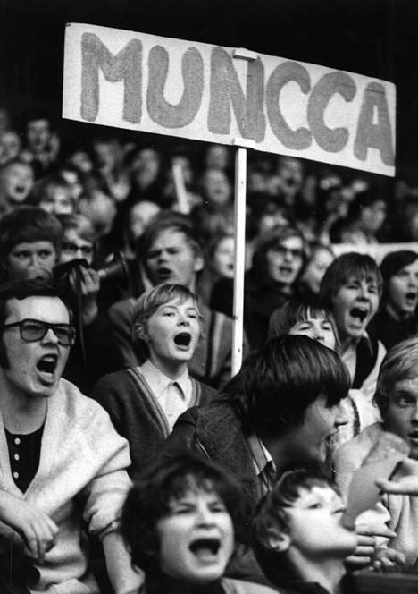Oppikoulujen koripallocupin loppuottelussa oli tunnelma korkealla. Munkkiniemen yhteiskoulun kannattajat huusivat kurkkunsa käheiksi.