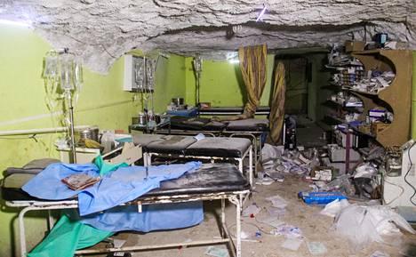 Sairaalan huone vaurioitui ilmaiskussa, jossa väitetään käytetyn hermokaasua. Kymmeniä ihmisiä kuoli hyökkäyksessä tiistaina Khan Sheikhounin kaupungissa Syyriassa.