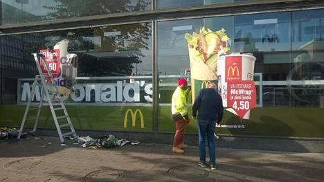 Helsingin keskustan suljetusta McDonald'sista poistettiin sunnuntaina ikkunatarroja.