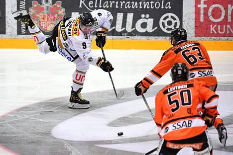 Kärppien Jesse Puljujärvi (9) ja HPK:n Elmeri Eronen (63) sekä Atso Lehtinen (50) jääkiekon Liigan kauden avausottelussa HPK-Kärpät Hämeenlinnassa 1. lokakuuta 2020. Kärppien täytyisi pelata loppukauden aikana yli kolme ottelua viikossa, jotta joukkue saisi runkosarjan pelit täyteen.