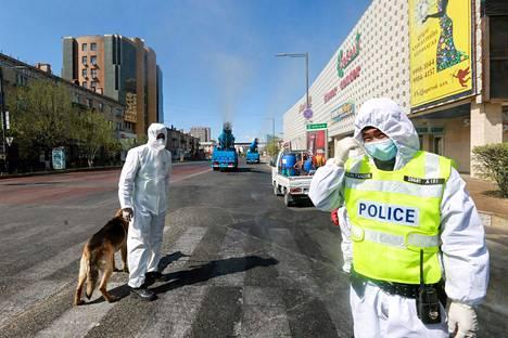 Poliisit osallistuivat koronaviruksen torjuntaharjoitukseen Mongolian pääkaupungissa Ulan Batorissa 7. toukokuuta. Harjoituksessa eristettiin osa pääkaupunkia ja se vaikutti 150000 asukkaan arkeen.