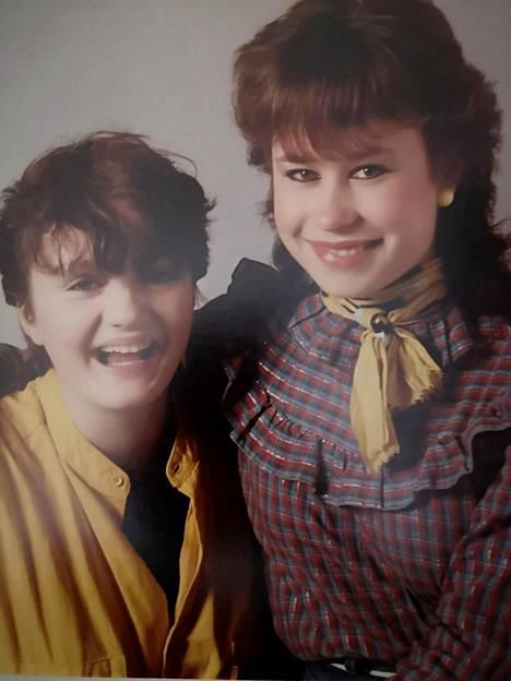Sari Smith (vas.) ja Soile Markkanen-Huuki olivat yläasteella kuin paita ja peppu. Kuvassa he ovat yhdeksäsluokkalaisia vuonna 1983.