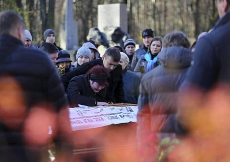 Omaiset surivat Siinain lentoturmassa kuolleen läheisen arkulla Pietarissa viime torstaina.