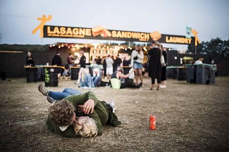 Pari syleili toisiaan Roskilden festivaalin aamuyössä lauantaina.
