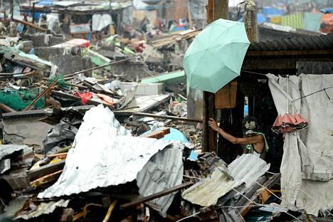 Mies tutki tuhoutunutta taloaan Taclobanissa tiistaina.