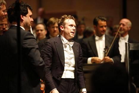 Daniel Harding (keskellä) puuskutti hieman johdettuaan lauantai-iltapäivänä Ruotsin radion sinfoniaorkesteria Tukholmassa ja illalla Wienin filharmonikkoja Tampere-talossa.