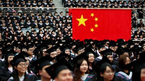 Opiskelijoita Fudanin yliopiston avajaisseremonioissa Shanghaissa kesäkuussa 2017.