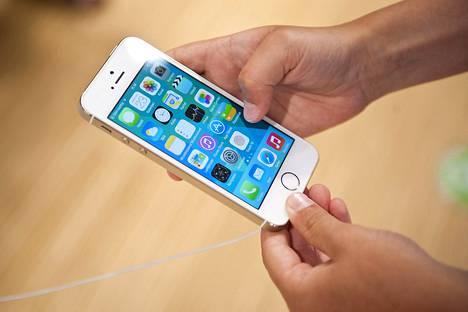 Työnantaja voi kieltää palvelutyössä olevilta puhelimeen puhumisen, mutta kännykän täytyy silti saada olla mukana.