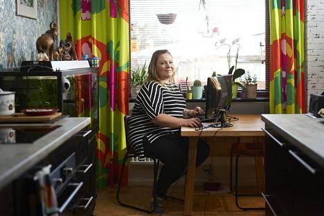 Tietoliikenneyhtiö Dna:n vuoropäällikkö Kaisa Kivikoski on rutinoitunut etätöiden tekijä. Niiden avulla hän pystyy viettämään enemmän aikaa tyttärentä kanssa.
