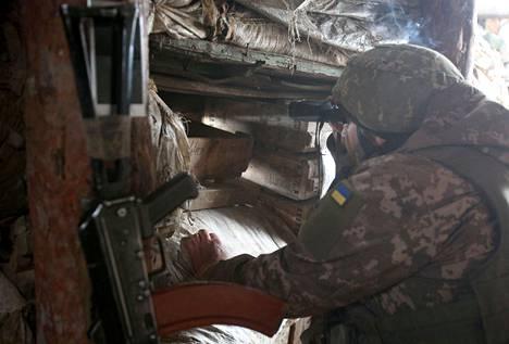 Ukrainalaissotilas oli vartiossa Gorlivkan liepeillä Donetskin alueella torstaina.