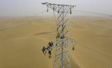 Voimapylväs Taklimakanin autiomaassa Länsi-Kiinassa.