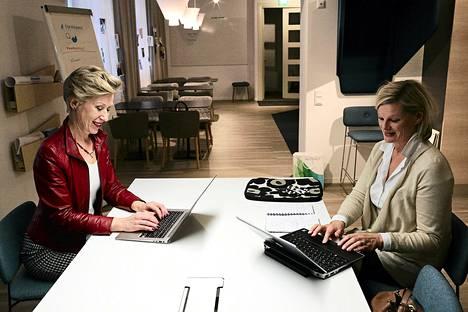 Tältä näyttää virkamiesten pop-up-työtila Valtimo. Pöydän ääressä istuvat valtiovarainministeriön kehittämispäällikkö Virpi Einola-Pekkinen (oik.) ja Microsoftin julkishallintoyksikön johtaja Hanna Nikkilä.