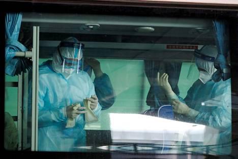 Terveydenhuoltohenkilöstö valmistautui vastaanottamaan koronaviruksen alkuperää tutkivaa WHO:n ryhmää Wuhanin lentokentällä Kiinassa torstaina 14. tammikuuta 2021.