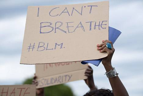 Rasisminvastaiset mielenosoitukset levisivät myös Yhdysvaltojen ulkopuolelle. Mielenosoittaja Saksassa Stuttgartissa kesäkuun puolivälissä.