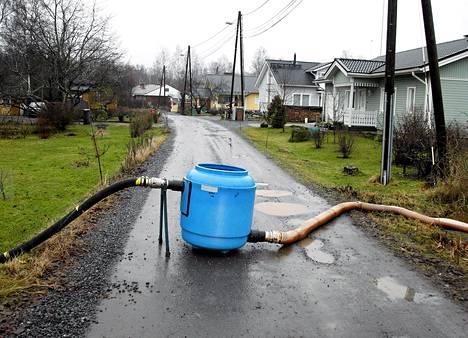Saastunutta vesijohtoverkostoa puhdistettiin tehokkailla syke- ja elementtipuhdistusmetodeilla Haaviston alueella Nokialla 10. joulukuuta 2007.