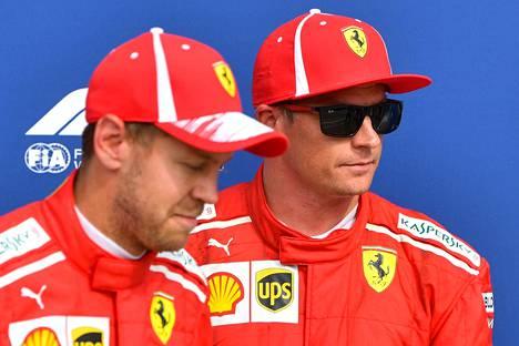 Sebastian Vettel (vas.) haluaa kilpailla kaikkia kuskeja vastaan, myös Ferrarin toista kuljettajaa Kimi Räikköstä.