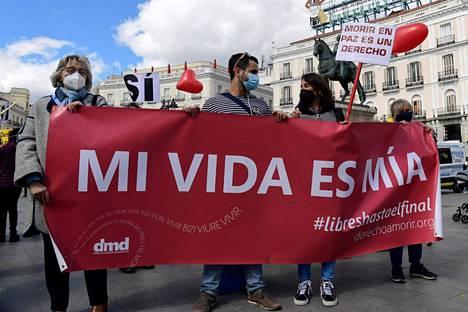 """Espanjassa eutanasiaa koskevan lain on määrä tulla voimaan kesäkuussa. Samana päivänä, kun maan parlamentin alahuone hyväksyi eutanasian laillistamisen, espanjalaiset osoittivat mieltään eutanasian puolesta muun muassa Madridissa. Mielenosoittajian banderollissa lukee """"elämäni on minun""""."""
