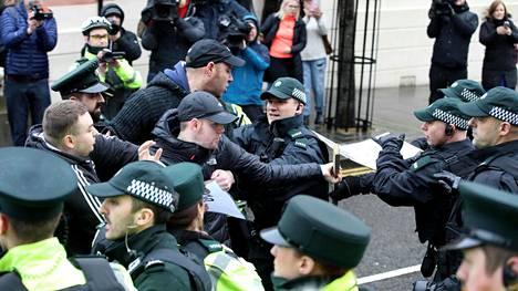 Syytetyn tukijat ottivat yhteen poliisin kanssa Londonderryn oikeustalon edessä 13. helmikuuta.
