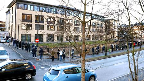 Ihmiset jonottivat alkoholia myyvään Vinmonopolet-liikkeeseen Sandvikassa Oslon ulkopuolella, kun Oslon alueella suljettiin lauantaipäivästä alkaen kaikki ei-välttämättömät liikkeet ja ostoskeskukset.