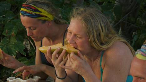 Niin nälkä on Sabitan-leirissä, että Mariko Pajalahti ahmii melonia, vaikka tietää saavansa siitä allergisen reaktion.