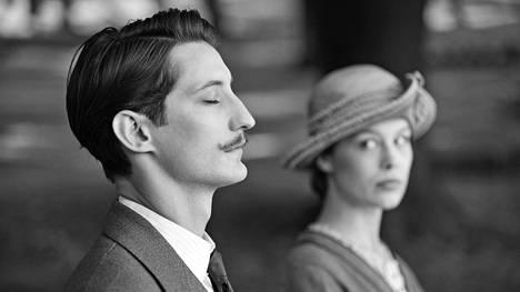 Pierre Niney ja Paula Beer näyttelevät hyvin elokuvassa Frantz.
