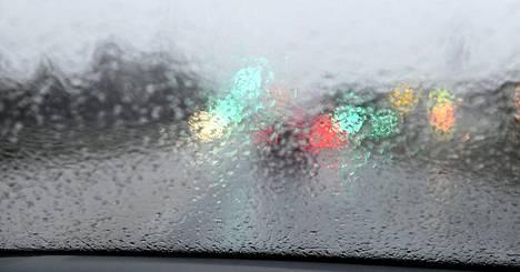 10. helmikuuta: Sateinen Vihdintie Konalassa. Helmikuussa myrskyvaroituksia tuli lähes kaikille merialueille.