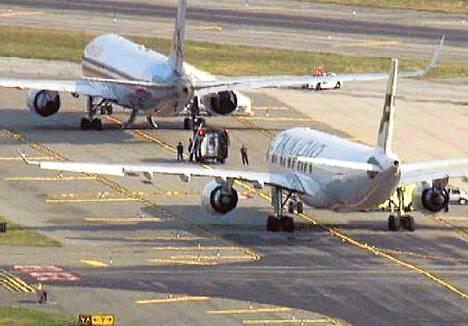 Viranomaiset ohjasivat American Airlinesin ja Finnairin koneet kentän syrjäiseen osaan tarkastettaviksi. Kuva on ruutukaappaus NBC New Yorkin verkkosivulta.