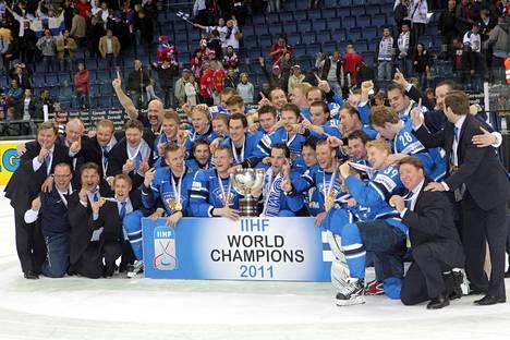 Suomen toisen MM-kullan voittanut joukkue Bratislavan finaalin jälkeen 15. toukokuuta 2011.