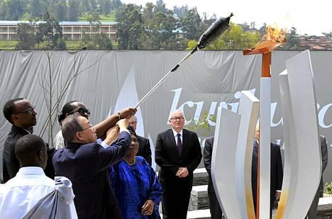 YK:n pääsihteeri Ban Ki-moon, Ruandan presidentti Paul Kagame ja Afrikan unionin komission puheenjohtaja Nkosazana Dlamini-Zuma sytytivät liekin kansanmurhan uhreille Kigalissa.