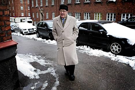 Paavo Väyrysen tulossa keskustan puheenjohtajakilpaan liittyvään tiedotustilaisuuteen.