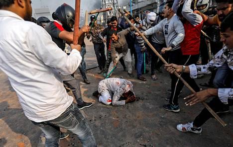 Intian uuden kansalaisuuslain kannattajat hakkasivat muslimia Delhissä maanantaina.