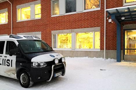 Ylöjärven Metsäkylän koulun pihalla oli perjantaiaamuna poliisiauto.