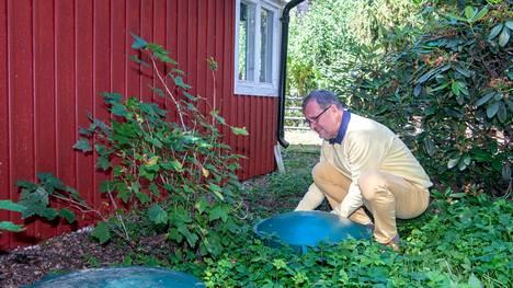Suvisaariston vesiosuuskunnan puheenjohtajan Heikki Sireliuksen mökillä on kaksi säiliötä. Toinen on septitankki ja toinen säiliö, jossa on osuuskunnan vesimittari ja jätevesipumppu.