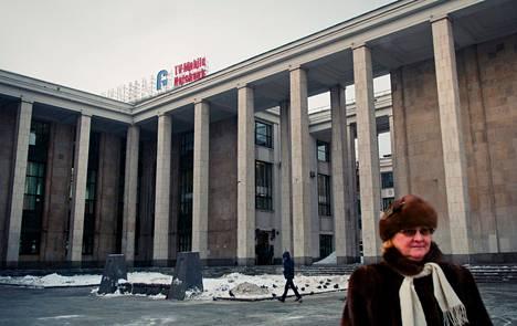 Venäjän valtiollisen kirjaston katolla olevaa Samsung-valomainosta puretaan Moskovan keskustassa. Kirjastossa työskentelevä Ljudmila Tšerepanova pitää hyvänä, että mainoksia kontrolloidaan.