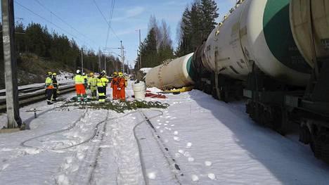Pelastuslaitos työskenteli lauantaina Kinnin liikennepaikalla, jossa säiliövaunu oli kaatunut ja maahan oli valunut herkästi syttyvää bensiinin lisäainetta.