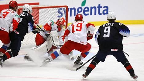 USA:n hyökkääjät vyöryivät Amir Miftahovin vartioimalle Venäjän maalille sunnuntai-illan ottelussa.