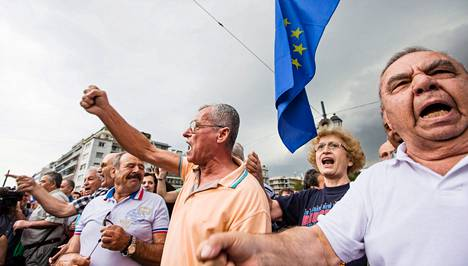 Ihmiset osoittivat mieltään Kreikan parlamentin edustalla tiistaina. Sunnuntaina kreikkalaisten täytyy äänestää muun muassa siitä, hyväksyvätkö he maan velkojien vaatimat muutokset eläkejärjestelmään.