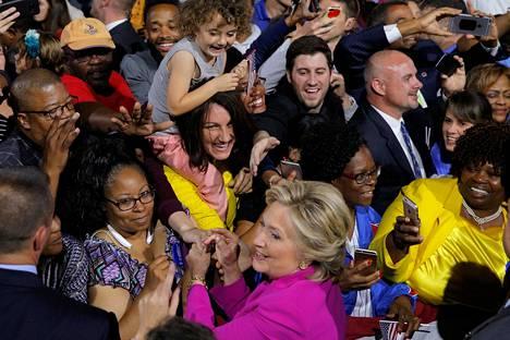 Demokraattiehdokas Hillary Clinton tapasi kannattajiaan torstaina Raleighissa Pohjois-Carolinassa.