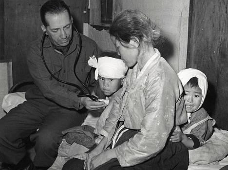 Ranskalainen lääkäri Henry LaPomerate tutki pakolaisperhettä YK:n terveysjärjestön tilapäissairaalassa Yongdongissa vuonna 1951.